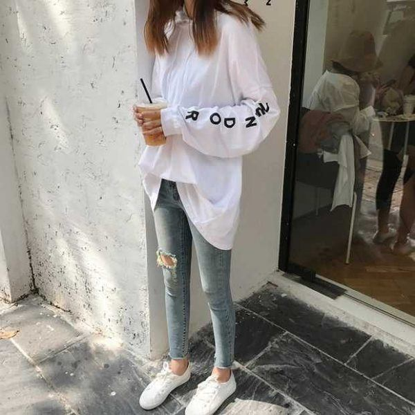 Ripped-jeans-and-Hoodie-600x600 25 Outfits to Wear With White Sneakers for Women