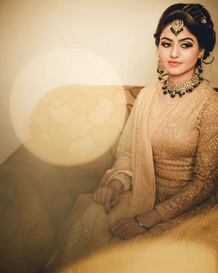 golden-engagement-outfit-for-indian-bride 27 Latest Engagement Dresses for Women in India