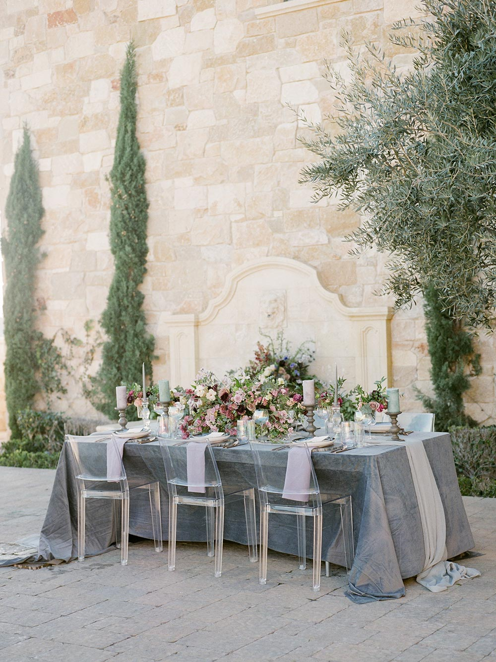 lilac velvet wedding tablescape tuscan villa wedding venue with lucite chairs