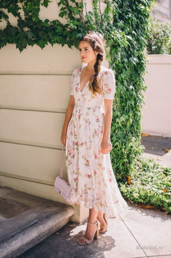 an ivory floral midi dress with short sleeves, a V-neckline and a blush bag and nude shoes