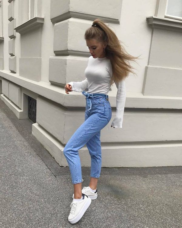High-Waist-Jeans-and-a-Plain-Top-600x750 25 Outfits to Wear With White Sneakers for Women