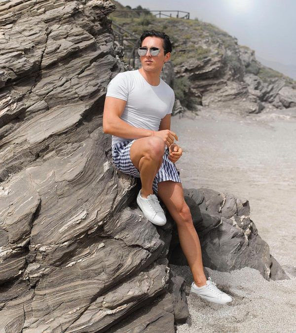 Beach-please-600x676 25 Outfits to Wear with White Sneakers for Men