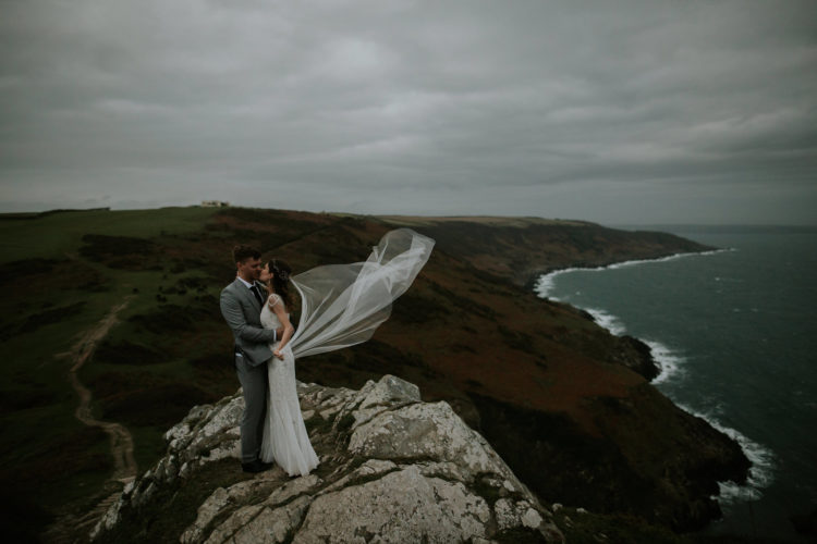 What can be more breathtaking than such pics of the couple on the coast