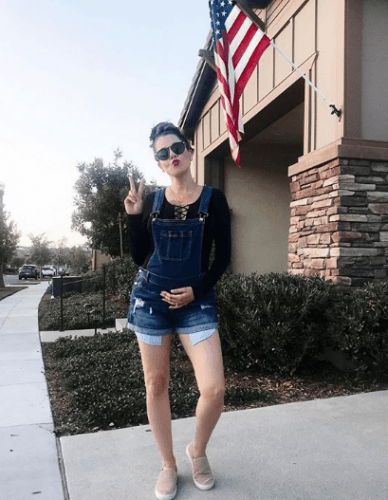 Overall-Shorts-388x500 18 Comfortable Summer Baby Shower Outfit Combinations