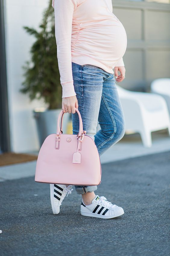 blue denim, a blush sweatshirt, a pink bag and white sneakers for a comfortable look